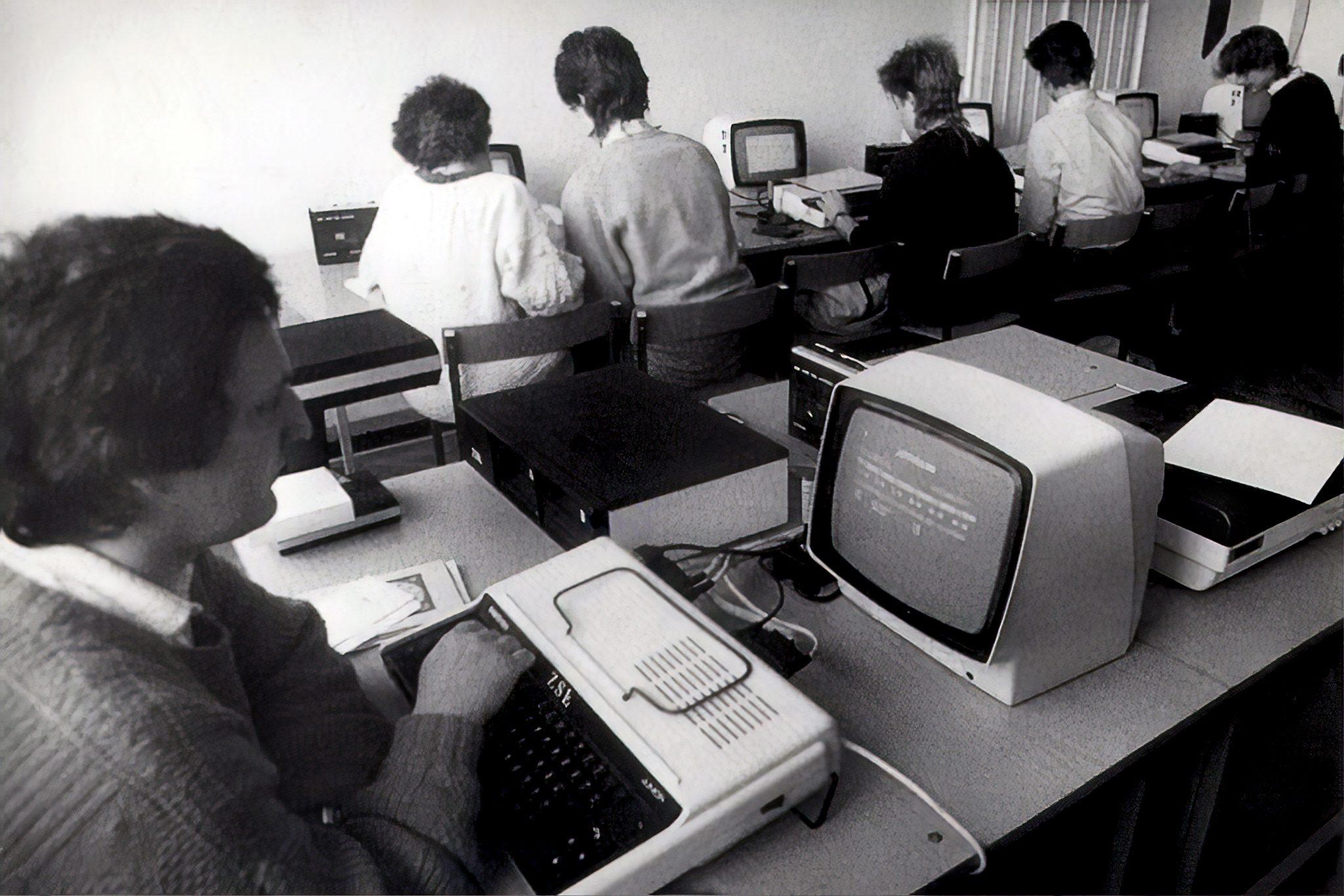 Klasa wyposażona wmikrokomputery ELWRO 800 Junior wewrocławskim Zespole Szkół Łączności
