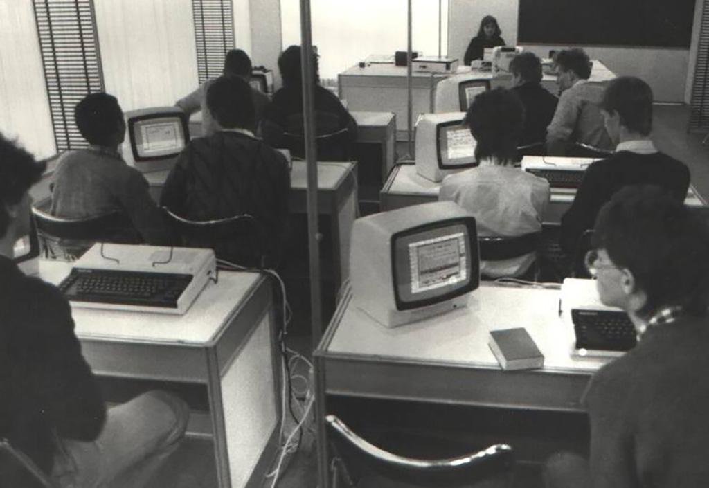 Targi Infosystem 88. Prezentacja mikrokomputerów ELWRO 800 JUNIOR wodtworzonej naczas targów klasie szkolnej