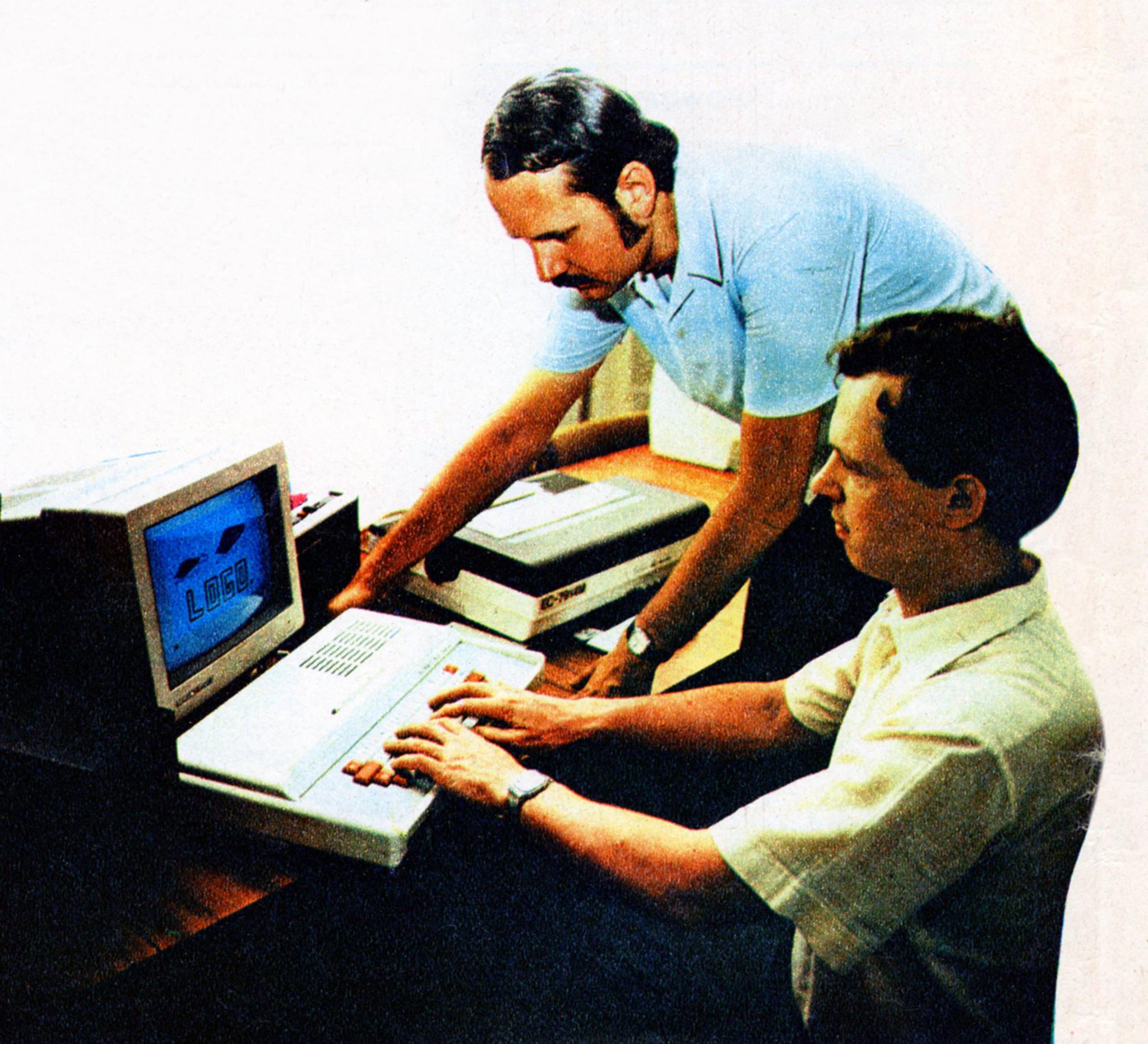 Jan Węglarz iWojciech Cellary przy prototypie ELWRO 800 Junior, anaekranie LOGO zkultowym żółwiem