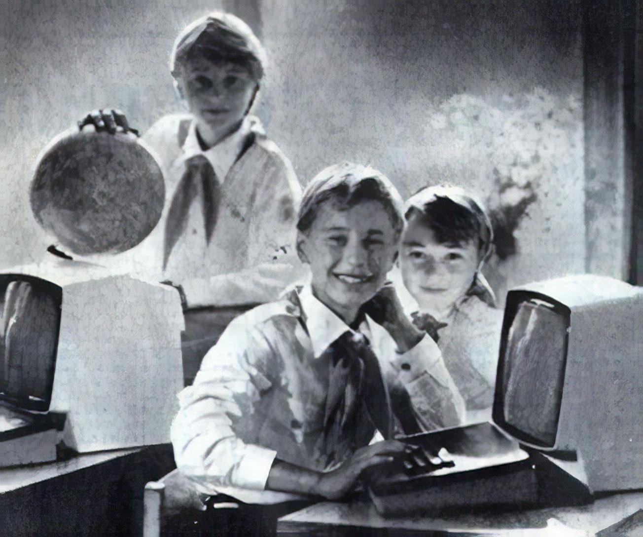 Zdjęcie zamieszczone wmoskiewskiej gazecie Prawda, wydanej 1 września 1985 roku. Nazdjęciu mikrokomputer Meritum Iorazmonitor Unimor Neptun 156.